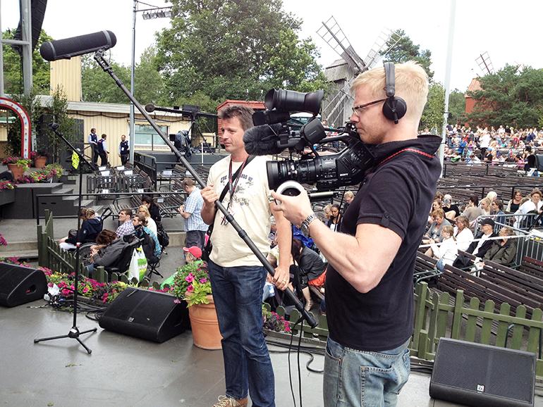 Måns Berthas vid kameran och Torbjörn Holm skötte ljudet när   bandet filmades i samband med Allsång på Skansen ifjol.